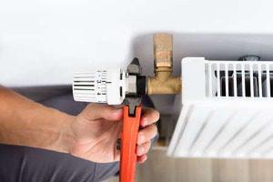 Gros plan, de, mâle, plombier, fixation, thermostat, utilisation, clé, chez soi Banque d'images - 94641638